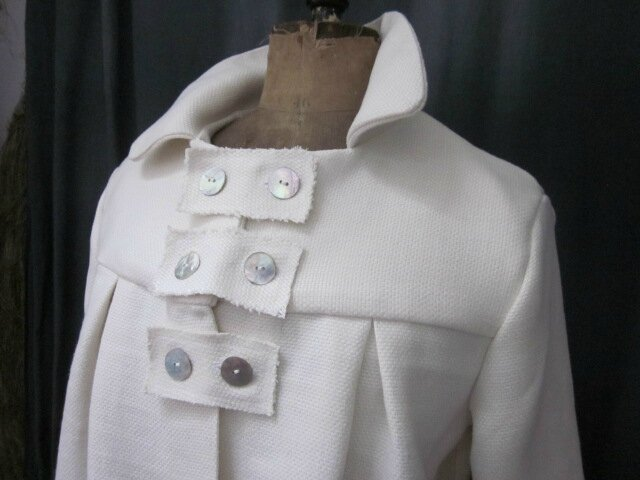 Manteau AGLAE en lin épais blanc cassé fermé par 3 pattes de boutonnage ornées de 2 boutons de nacre chacune (8)