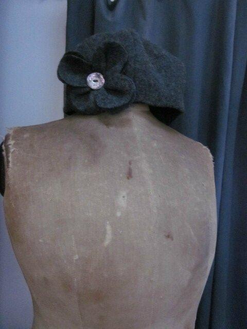 Chapeau AGATHE en laine bouillie gris moyen avec lfeur ornée d'un bouton de nacre ancien - doublé de coton noir (1)