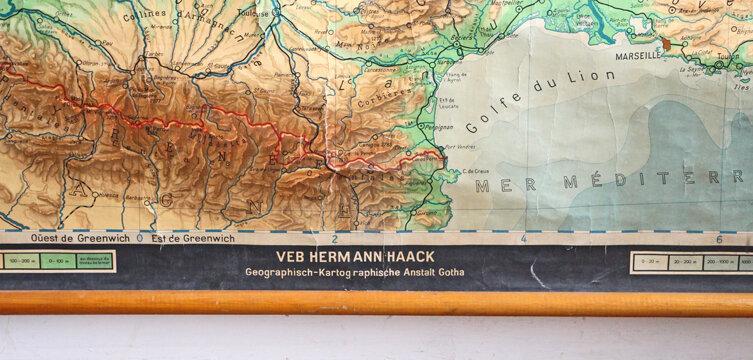 ancienne-carte-de-geographie-entoilee-france-et-benelux-marque