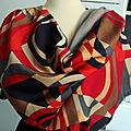 Foulard, écharpe ou étole esprit vintage dessins géométriques à dominante rouge hermès