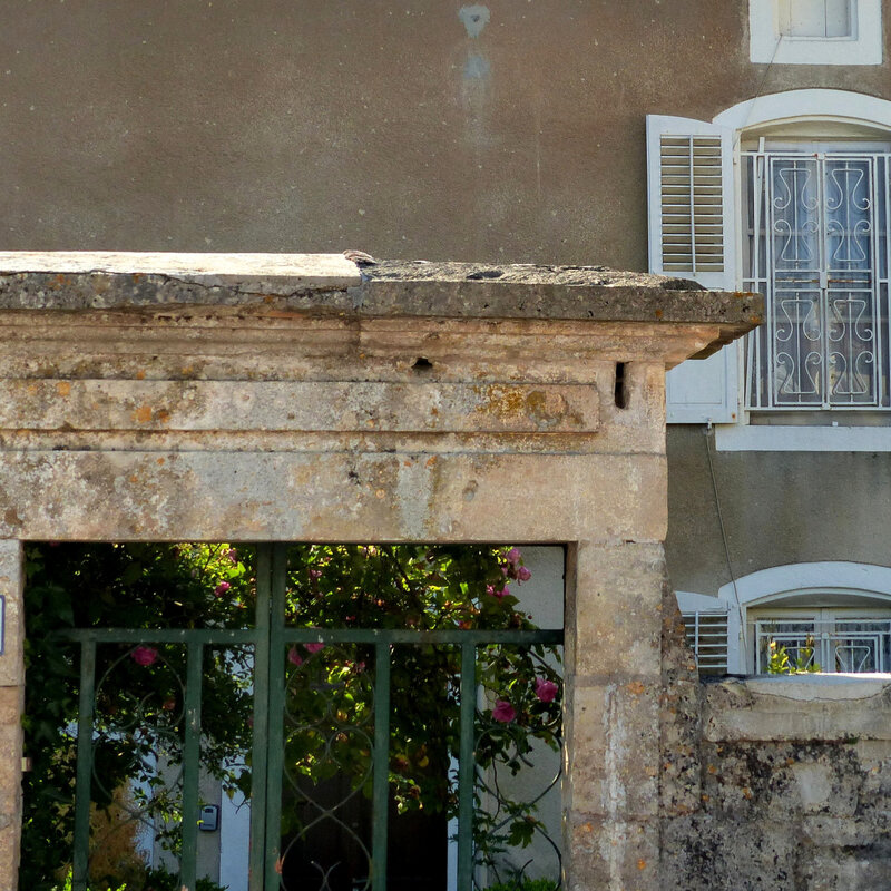 A PORTE FENETRE GRANDE GRILLES VASQUES FLEURS185