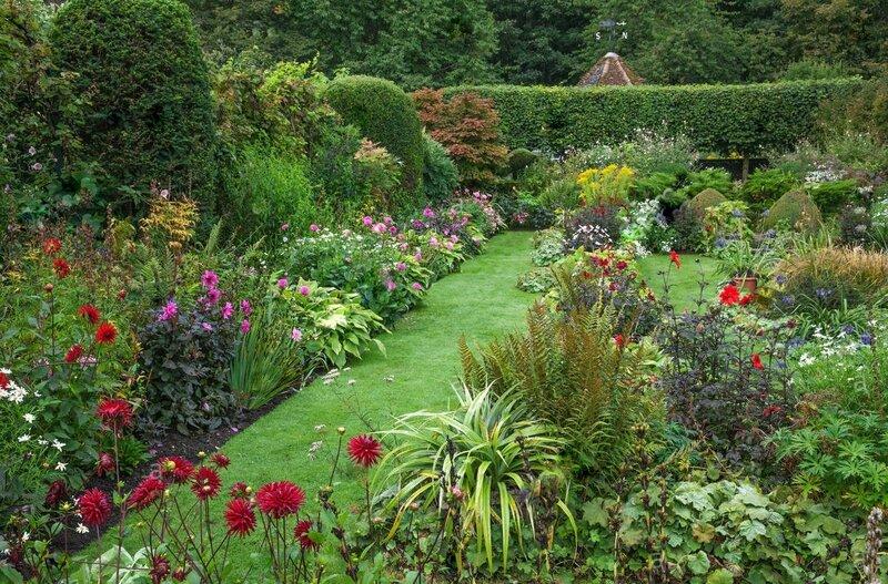 chenies-manor-gardens-english-garden-summer-sunken-garden-double-borders-F7F5N3