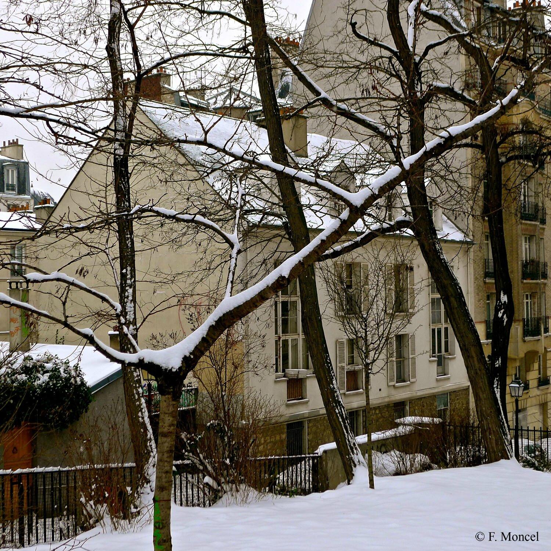 La pittoresque rue Norvins enneigée sur la butte Montmartre.