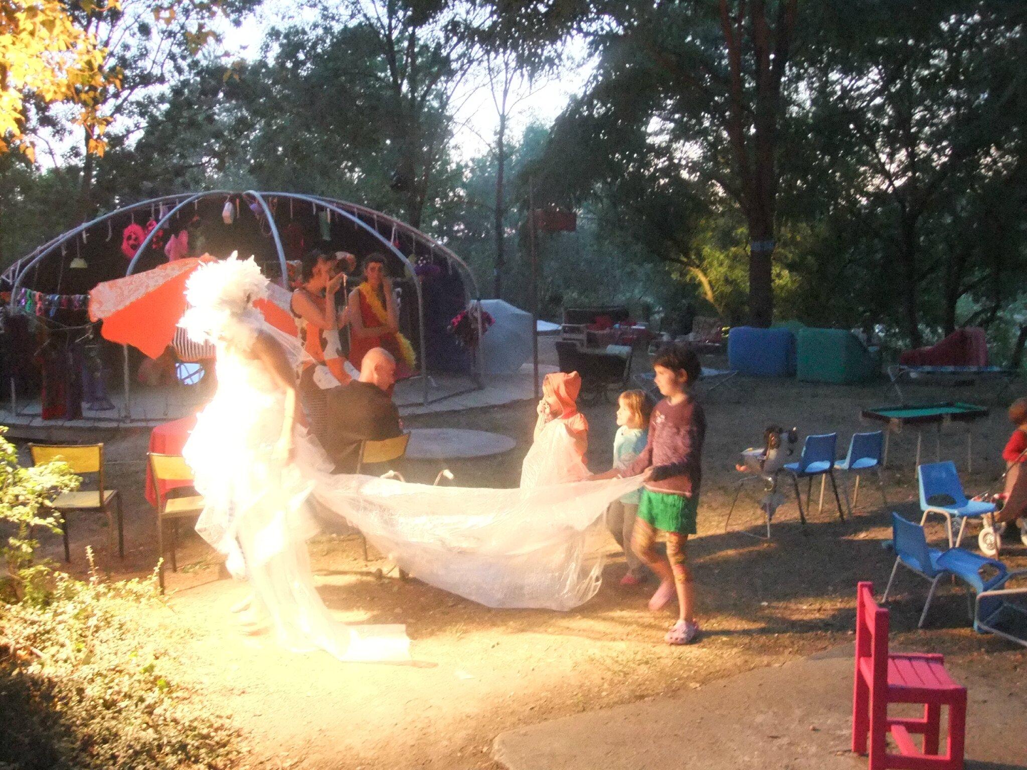 défilé LA GUÈPE, robe de marié en récup plastique
