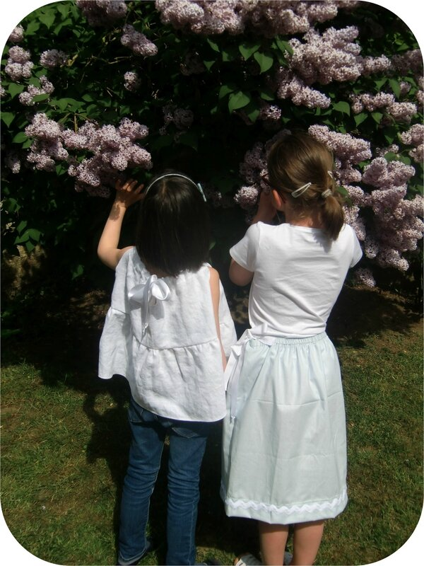 Jeunes filles en blanc et bleu