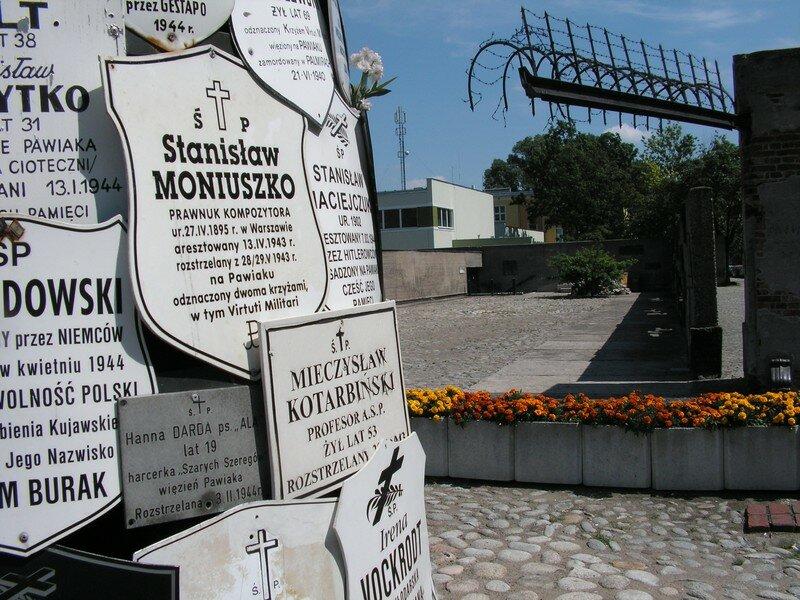 Devant le mémorial de juifs assassinés par les nazis