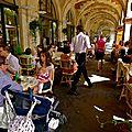 Terrasse sous les arcades de la place des Vosges.