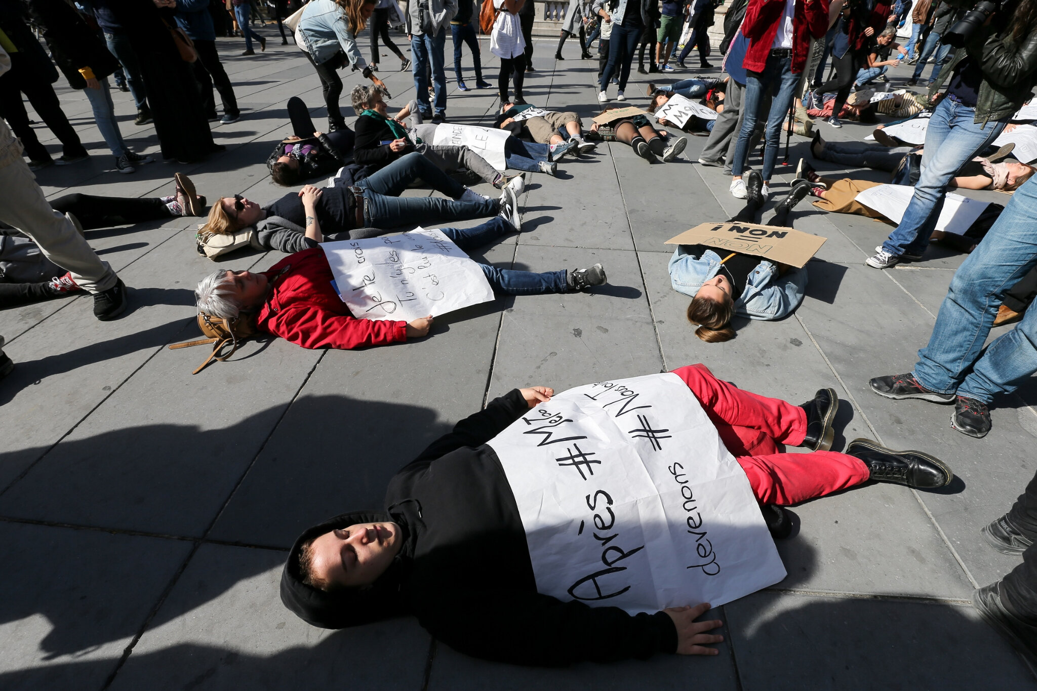 Die-In à Paris pour #MeToo. © Michel Stoupak. Sam 29.09.2018, 13h37m46.
