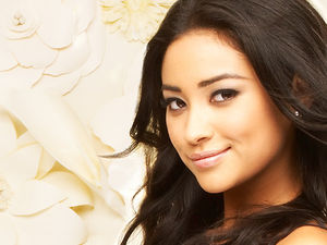 Shay_Mitchell_as_Emily_Fields