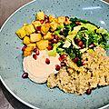 Buddha bowl végétarien : quinoa, céleri confit au curry, embeurrée de chou au sésame, houmous de haricots blancs et grenade