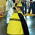 De jaune vêtue