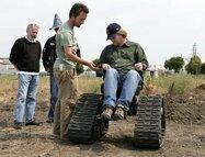 WALL•E - Andrew Stanton test un fauteuil monté sur chenilles pour se mettre dans la peau de son personnage principal