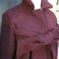 Manteau AGLAE en laine bordeaux fermé par un noeud (4)