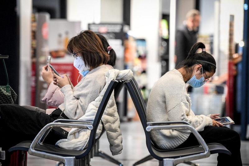 7799976447_des-passagers-portent-des-masques-de-protection-a-l-aeroport-charles-de-gaulle