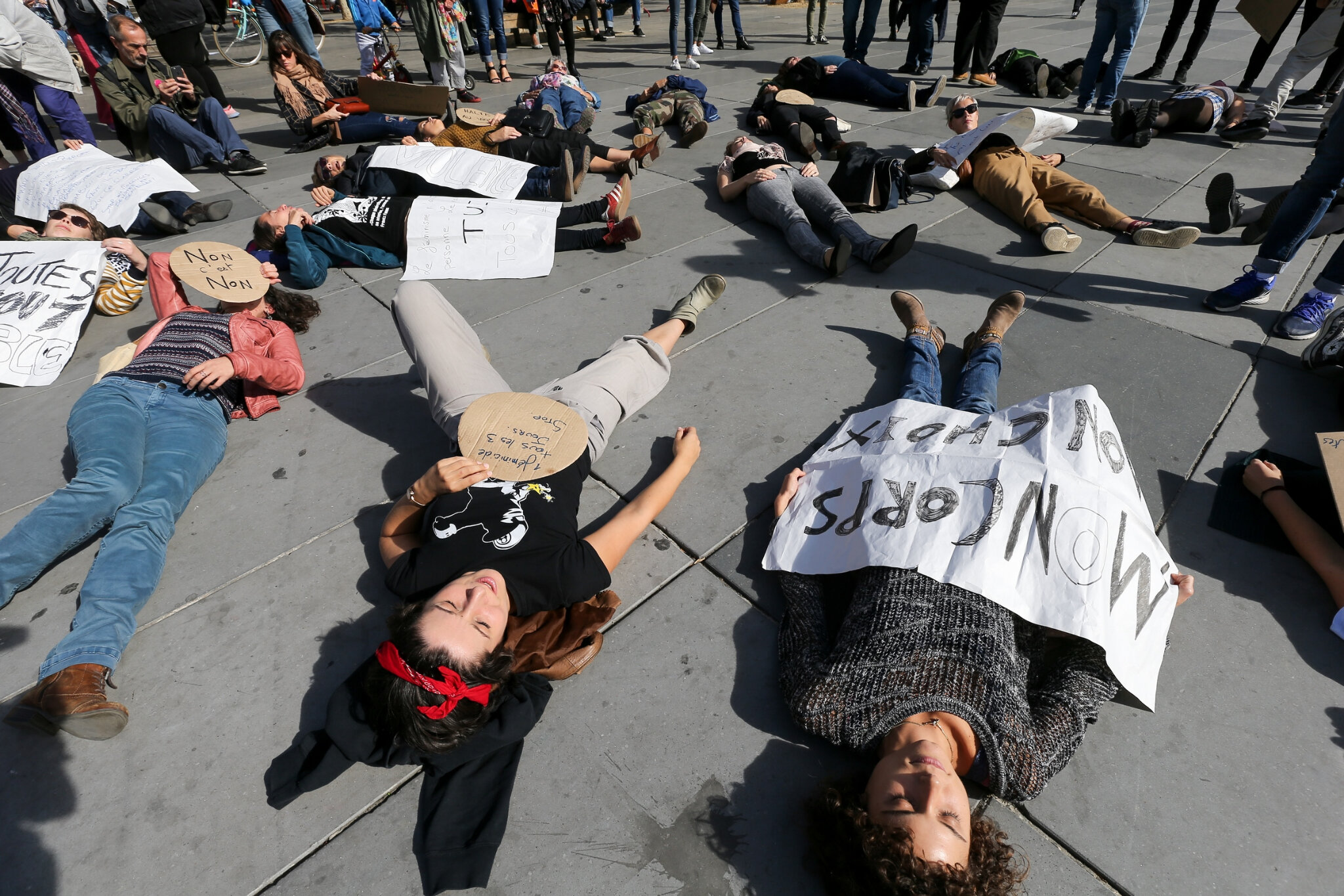 Die-In à Paris pour #MeToo. © Michel Stoupak. Sam 29.09.2018, 13h36m09.