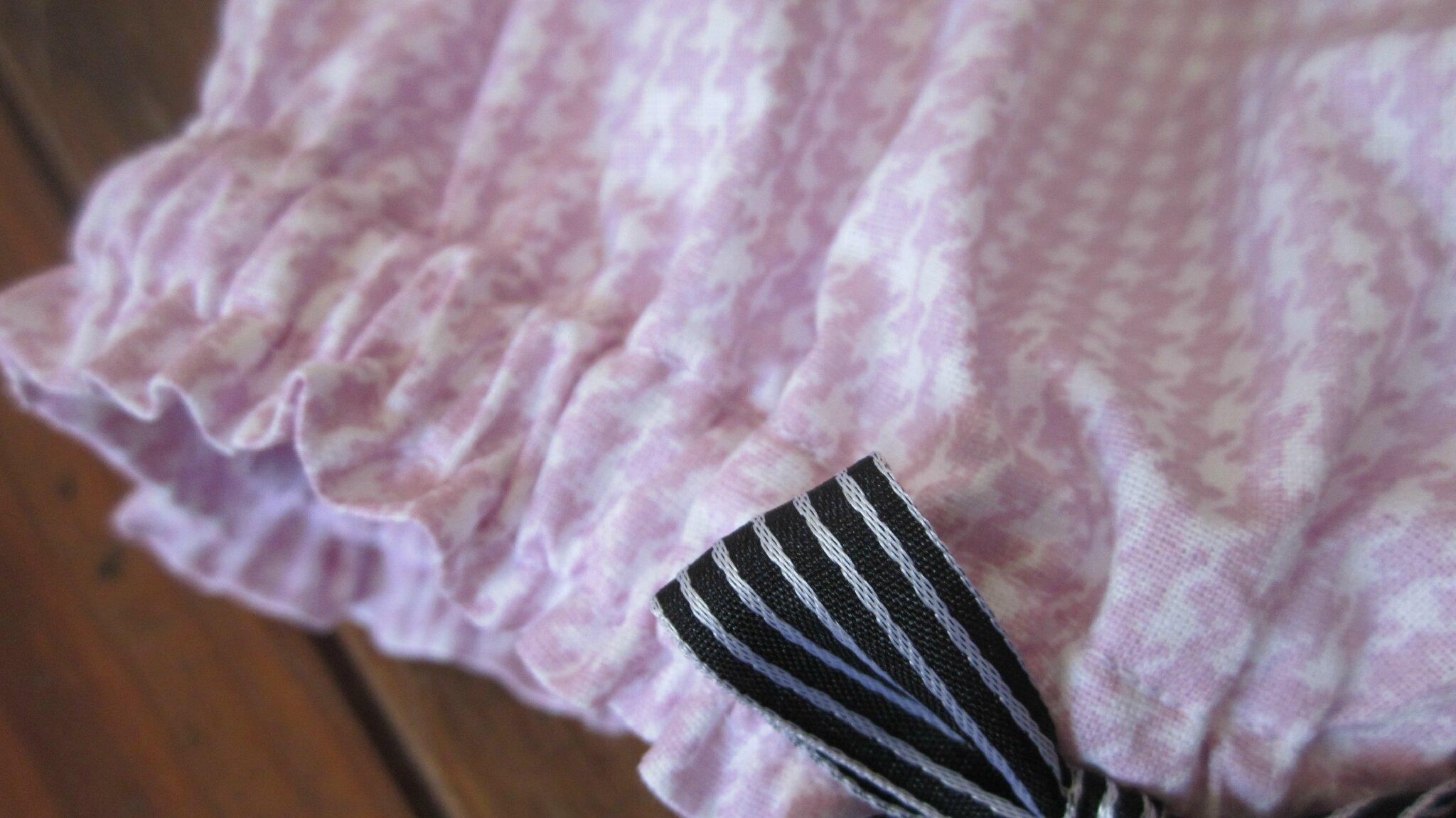 culotte pied de poule rose avec rubans rayé noir et blanc sur les cuisses