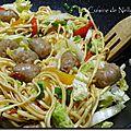 Wok de chipolatas, nouilles sautées et légumes croquants