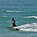 Kitesurf, windsurf et wingfoil sur le spot de goulien, à crozon, le 3 juillet 2020