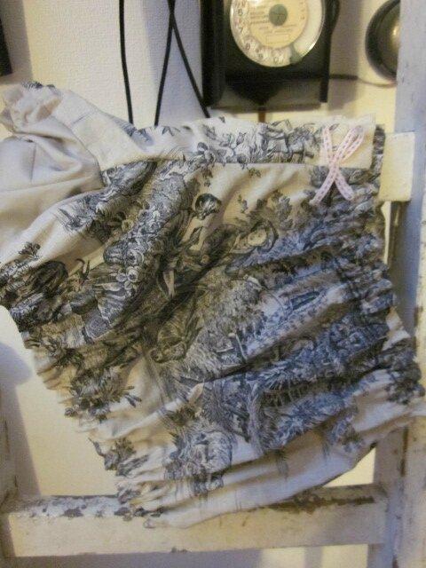 Culotte en coton imprimé toile de Jouy noire sur fond écru - coton imprimé et coton uni écru dans le dos - noeuds rose devant et sur les fesses (4)