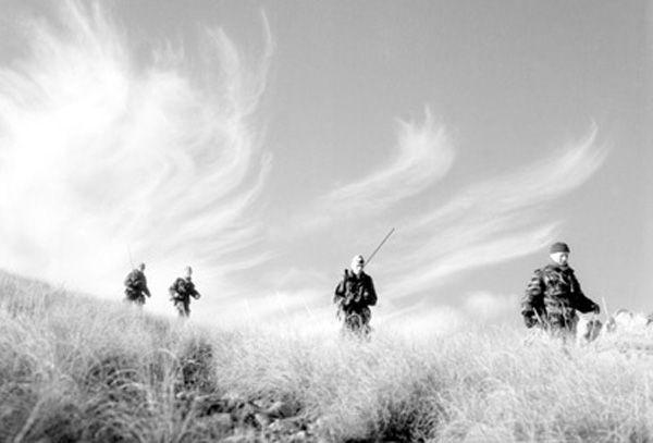 Les_commandos_marine_ratissent_un_secteur_dans_la_r_gion_de_Gu_ryville_En_t_te_le_lieutenant_de_vaisseau_Le_Deuff_commandant_du_commando_De_Montfort