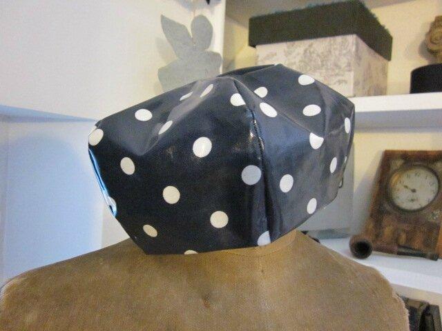 Chapeau de pluie AGLAE en coton enduit marine à pois (8)