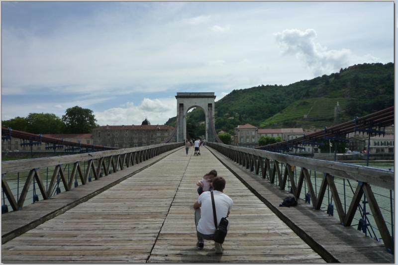 PONT SUSPENDU RELIANT TAIN L'HERMITAGE (DROME) A TOURNON SUR RHONE (ARDECHE)
