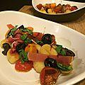 Salade tiède de gnocchis au jambon de parme, tomates confites, olives et basilic
