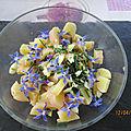 Salade de pommes de terre avec des fleurs de bourrache