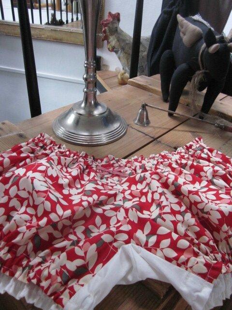Culotte en coton rouge imprimé feuilles écru - dos dans le même coton et coton uni écru - petits noeuds vichy rouge devant et sur les fesses (4)