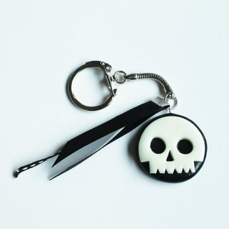 porte clef tete de mort luminescente