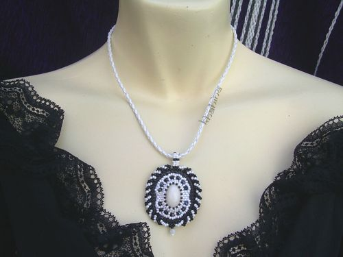 Medailon noir et blancb, cabochon blanc