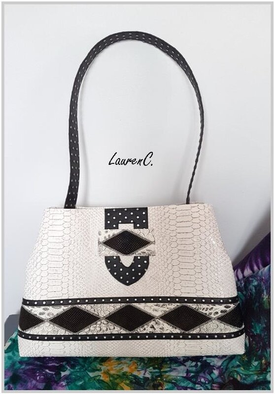 SAC_SIMILI_DRAGON_BLANC_LOSANGES_NOIRS_PATTE