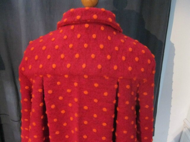 Manteau AGLAE en lainage rouge à pois orange fermé par un noeud (8)