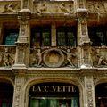 Détail ouvragé de la façade de l'Office du Tourisme.