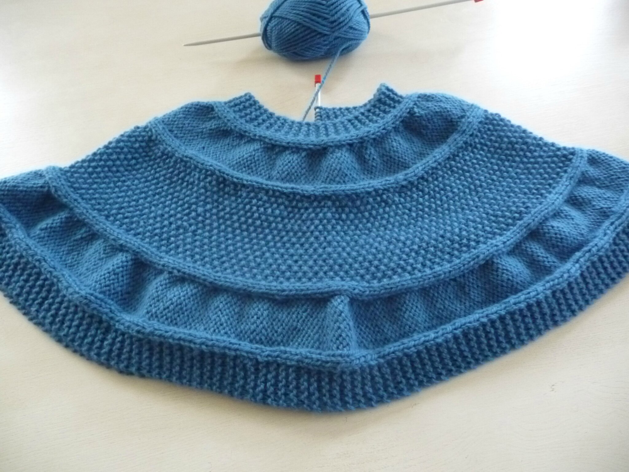 cape ou poncho court en laine drops alaska la malle aux mille mailles. Black Bedroom Furniture Sets. Home Design Ideas