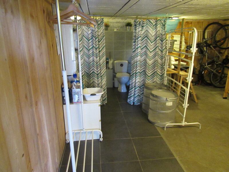 29 - Vaste cellier avec coin buanderie et sanitaires