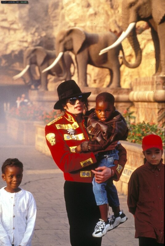 michael-stops-by-sun-city-the-luxory-south-african-resort-in-1996(100)-m-11