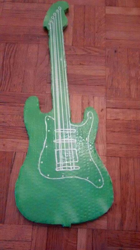 Guitare en carton pour enfant