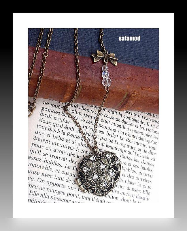 VENDU --- Collier rétro en bronze pendentif porte-photo coeur avec strass