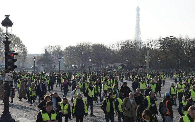 partout-comme-ici-a-paris-les-gilets-jaunes-ont-manifeste-contre-le-gouvernement-avec-le-soutien-de-nombreuses-personnalites-politiques