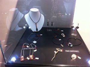 PoleBijou_Expo_Bois_et_Pierre_Boutique_Collection_Bijoux_Galets_Bronze_Acier_Galets_AngelaBCrispin