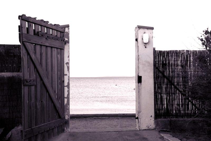 Une porte sur la mer