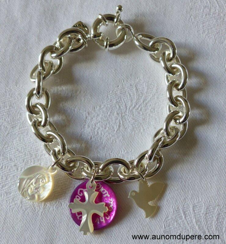 Bracelet sur chaîne plaqué argent ovale, médaille de Vierge à l'Enfant en nacre, médaille en nacre gravée surmontée d'une Croix en nacre sur Jérusalem et colombe en nacre