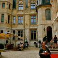 Dans l'enceinte de l'hôtel de Bourgtheroulde.