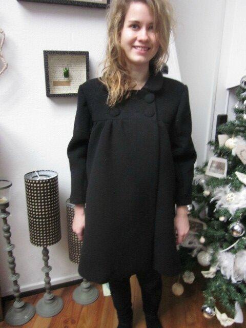 Manteau court EDITH en lainage noir - double boutonnage, col claudine, manches trois quart - doublure de satin assortie - boutons recouverts dans le même tissu - taille 34 (14)