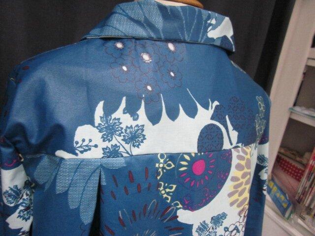 Ciré en coton enduit fleuri bleu pétrole, ciel et violine fermé par 2 pressions dissimulés sous 2 boutons recouverts dans le même tissu (8)