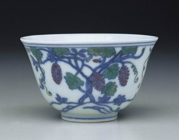 Tea cup with decoration of grape vines outlined in underglaze blue and filled in with tou-ts'ai colors Ming dynasty, Ch'eng-hua reign (1465-1487). © National Palace Museum