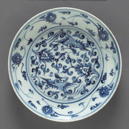 A_blue_and_white_porcelain_dish_with_phoenix_and_floral_spray_decoration
