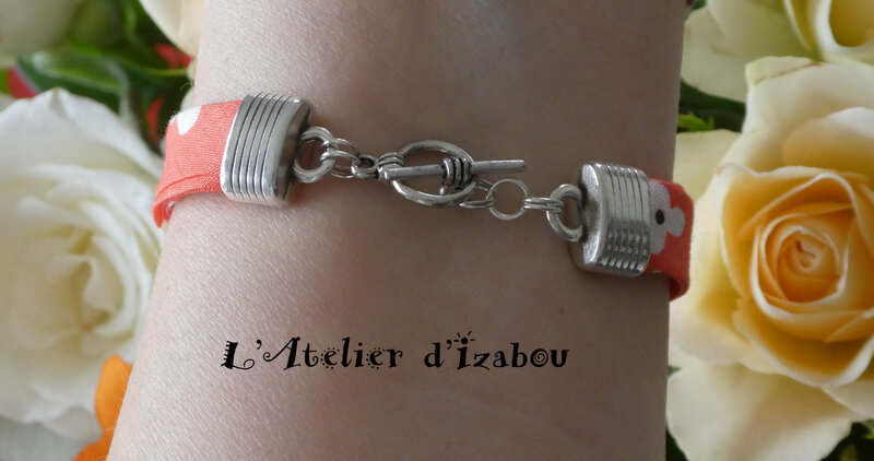 P1030146 Bracelet Love, cordon liberty à fleurs corail et fermoir toggle rond