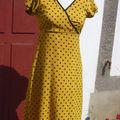Robe en crêpe jaune, manches paillons